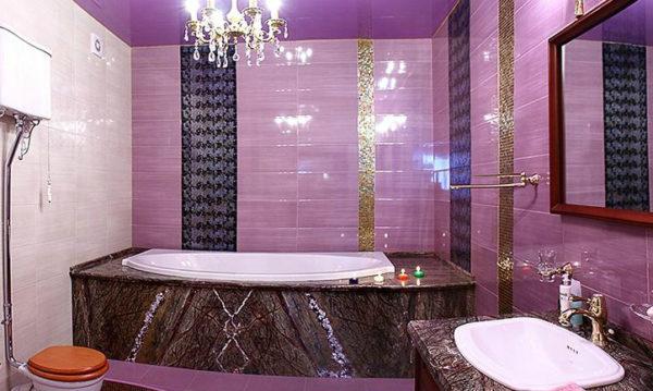 фиолетовая ванна с люстрой