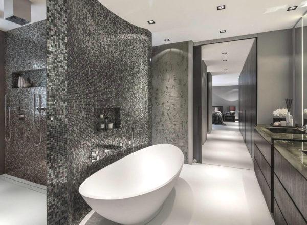 современная ванная с мозаикой