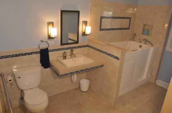 Бежевая ванная с мозаикой