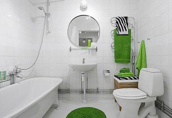 Белая ванна с зелеными аксессуарами