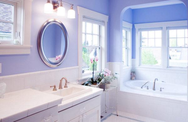 Освещение в белой ванной