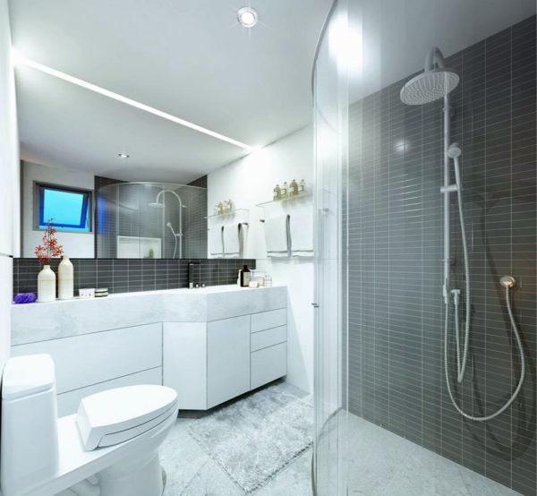 Потолок в белой ванной