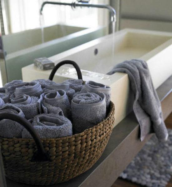 полотенца в корзинке