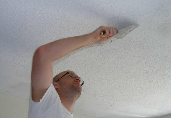оттирание старой штукатурки от потолка