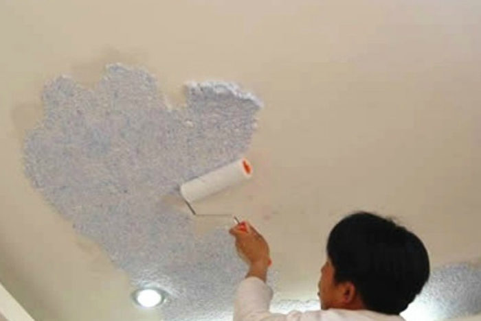 Можно ли наносить жидкие обои на потолок?