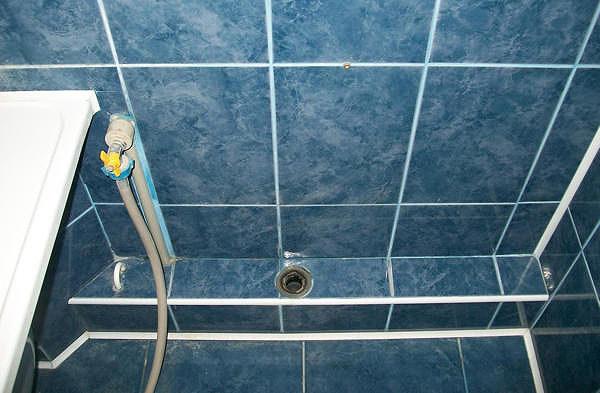 Как спрятать горизонтально проложенные трубы в ванной