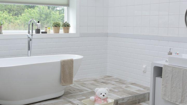 Окна в ванной: оформление интерьера
