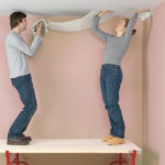 Как поклеить обои на потолок
