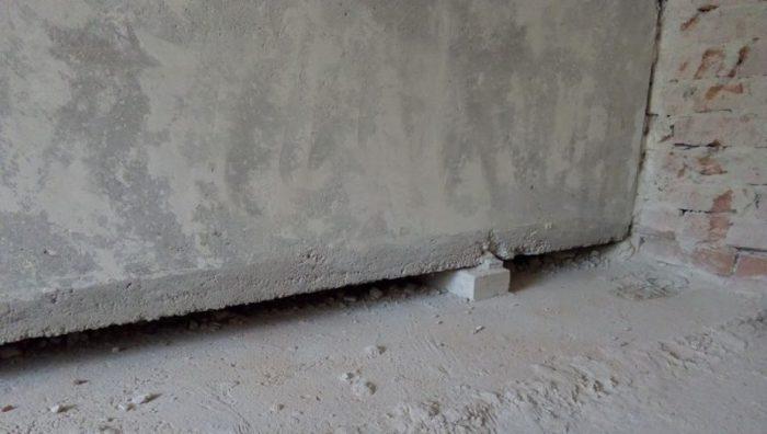 Как и чем заделать щель между стеной и полом